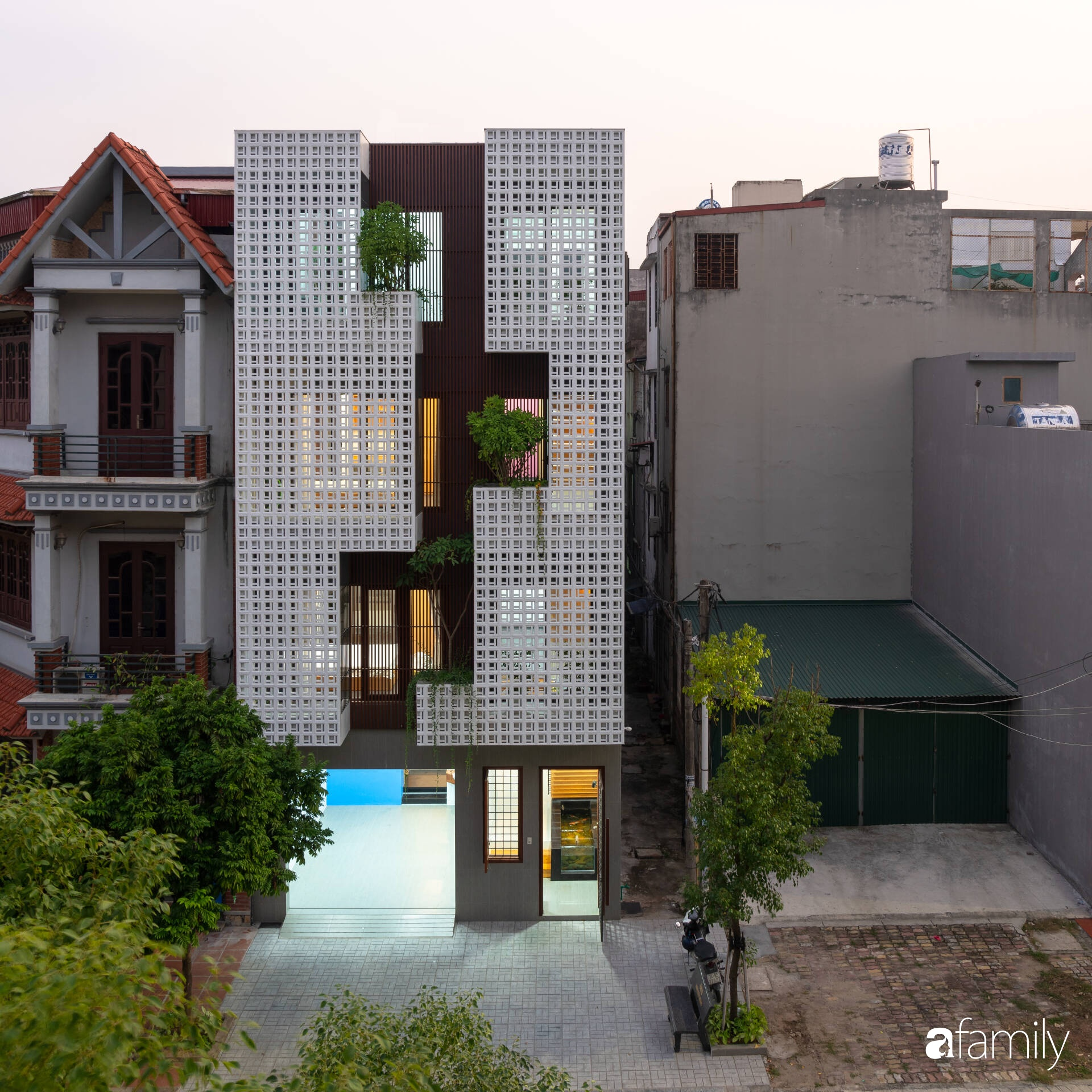Ngôi nhà phố lấy cảm hứng từ thác nước mang đến cuộc sống an lành, thư thái cho gia đình 3 thế hệ ở Hải Dương - Ảnh 1.