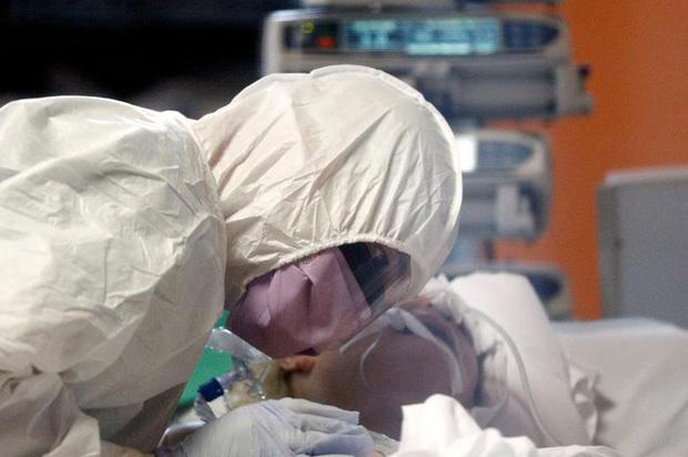 Nữ y tá ở tuyến đầu chống dịch Covid-19: Đã từng thấy biết bao người qua đời nhưng đây là lần đầu tiên tôi phải lau nước mắt cho bệnh nhân - Ảnh 2.