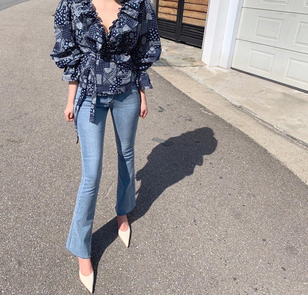 """Ngắm bộ ảnh xuất thần của """"tiểu tam"""" Thế Giới Hôn Nhân, sành mốt đến mấy thì nàng công sở cũng phải công nhận combo blouse +  jeans luôn là tuyệt nhất - Ảnh 3."""
