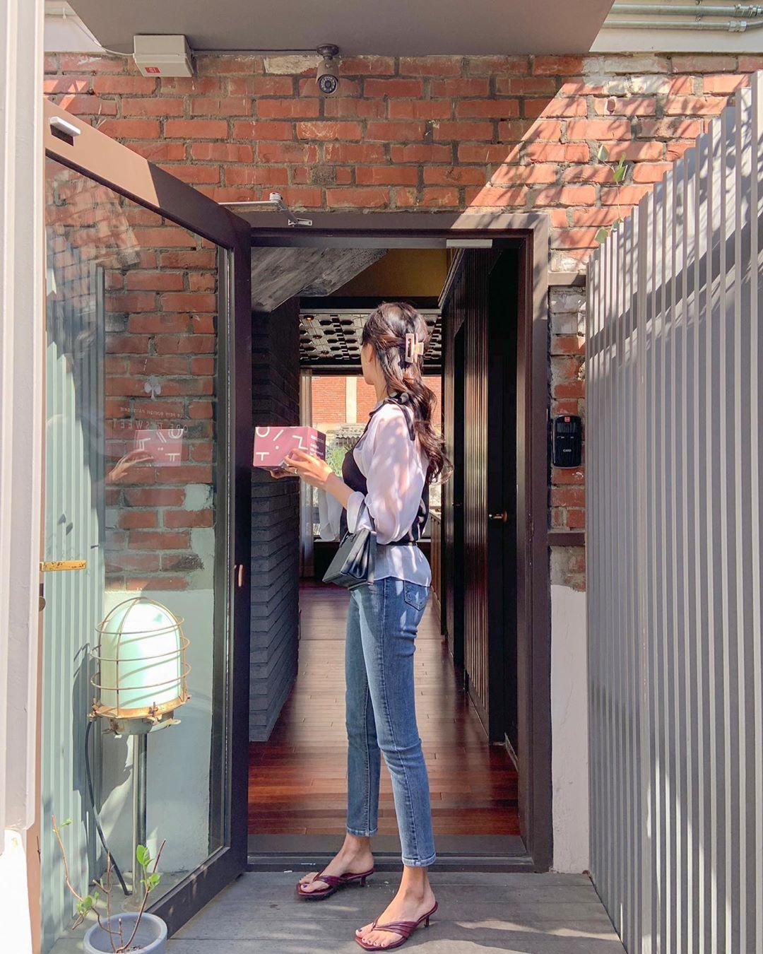 Quý cô chuyên diện quần skinny jeans gợi ý 3 kiểu giày dép kết hợp siêu ăn ý, lại còn kéo chân dài vô địch - Ảnh 2.