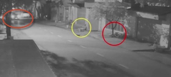 Vĩnh Phúc: 2 người phụ nữ đang đi bộ thì bất ngờ bị ô tô đi phía sau húc văng, đoạn clip khiến người xem ám ảnh - Ảnh 2.