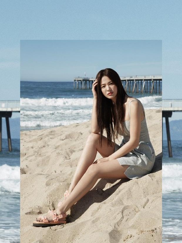 """Hậu ly hôn ngày càng hở bạo, Song Hye Kyo chẳng ngại """"cắt xén"""" váy áo, khoe body sexy hơn cả mẫu hãng - Ảnh 2."""