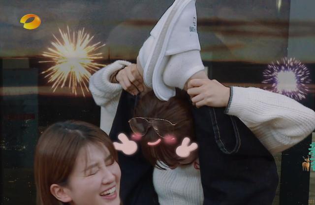 Khả năng đưa chân qua đầu này của Dương Tử chắc không ai có thể đọ lại được.