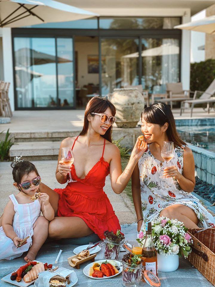 """Cuộc sống mùa dịch của các hot mom: Hằng Túi chỉ thích ra vườn chơi đùa với con, siêu mẫu Hà Anh tận hưởng kỳ """"du lịch tại gia"""" sang chảnh - Ảnh 22."""