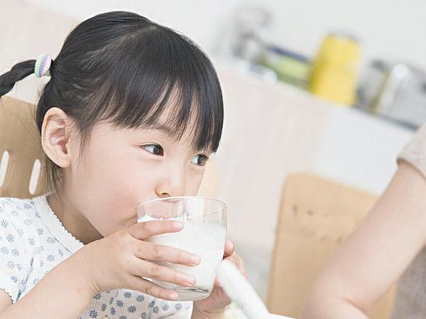 Dù cha mẹ có nghèo cũng đừng cắt giảm sớm 4 thứ này của con, kẻo ảnh hưởng đến sức khỏe và sự phá triển trí não của bé - Ảnh 1.