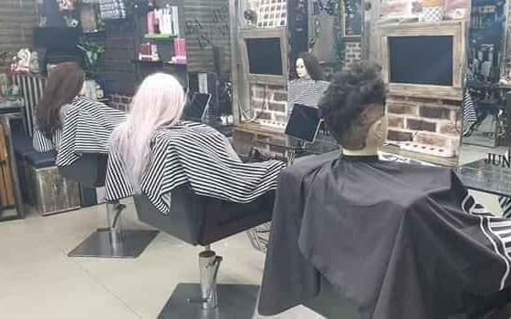 """Chủ tiệm tóc khoe ảnh khách đến làm đầu những ngày có dịch, nhưng sự thật khiến dân mạng """"té ngửa"""""""