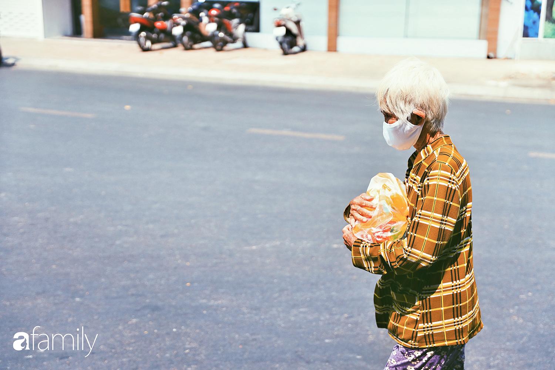 """Khi người Sài Gòn không có gì ngoài tình yêu nên """"chẳng nỡ bỏ mặc lúc bà con cần sự giúp đỡ, ít cơm, gạo, mì giữ dùng lấy thảo"""" trong những ngày đầu cách ly xã hội - Ảnh 1."""