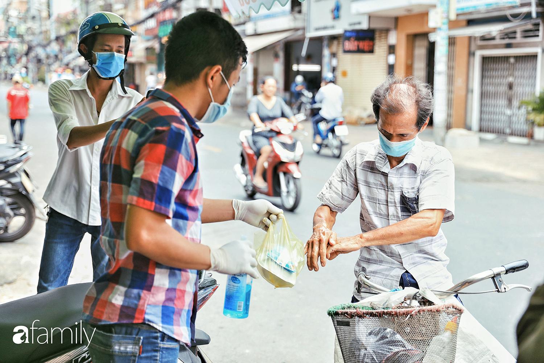 """Khi người Sài Gòn không có gì ngoài tình yêu nên """"chẳng nỡ bỏ mặc lúc bà con cần sự giúp đỡ, ít cơm, gạo, mì giữ dùng lấy thảo"""" trong những ngày đầu cách ly xã hội - Ảnh 4."""