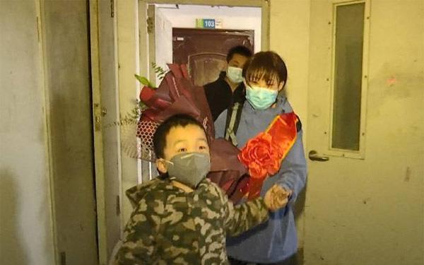 Xúc động video cậu bé 6 tuổi mừng mừng tủi tủi đón mẹ về sau 52 ngày xa cách vì dịch Covid-19