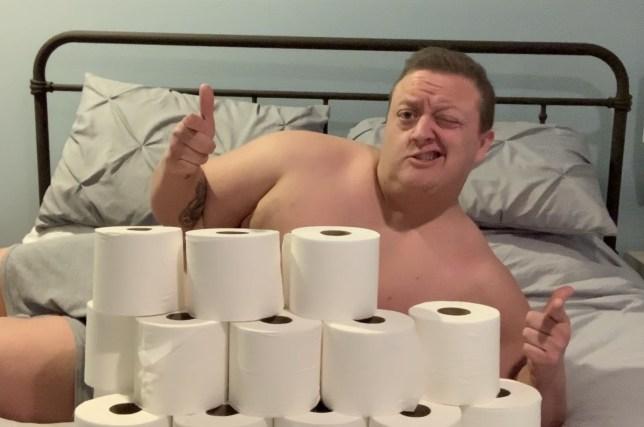 """Giữa mùa dịch Covid-19 khan hiếm nhu yếu phẩm, người đàn ông """"giàu có"""" tạo dáng trước đống giấy vệ sinh để mong tìm được người yêu - Ảnh 3."""