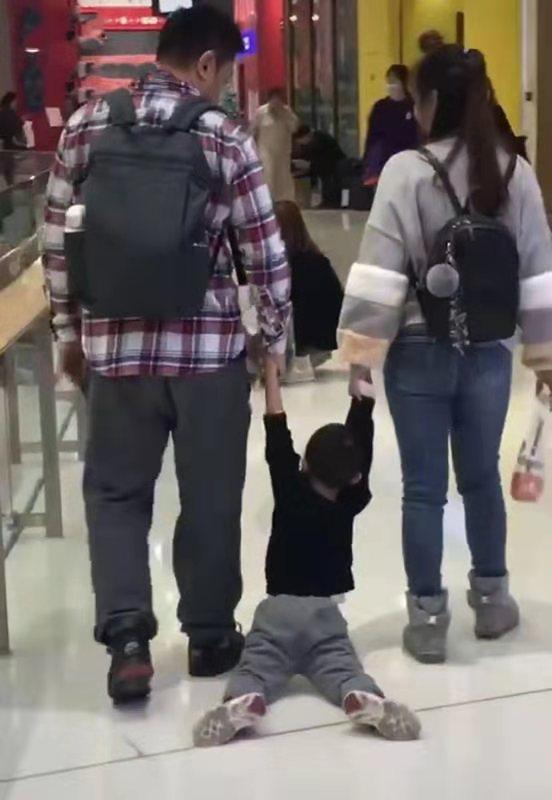 Bố mẹ dành thời gian dẫn con đi chơi trung tâm thương mại nhưng nhìn cảnh tượng ai nấy phải há hốc kinh ngạc - Ảnh 2.
