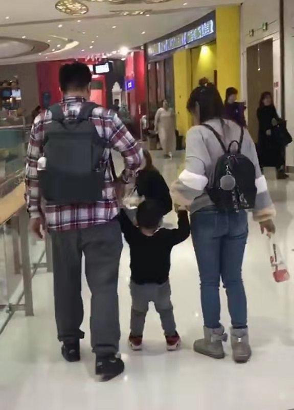 Bố mẹ dành thời gian dẫn con đi chơi trung tâm thương mại nhưng nhìn cảnh tượng ai nấy phải há hốc kinh ngạc - Ảnh 1.