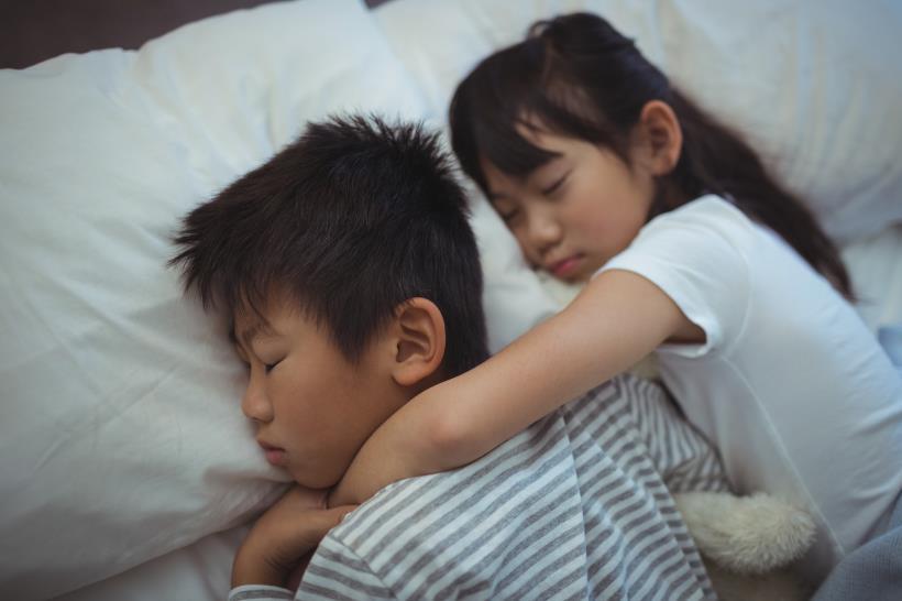 """Cho hai con ngủ chung với nhau suốt 11 năm, bà mẹ giật thót mình khi nghe con trai dõng dạc tuyên bố: """"Con muốn cưới em khi con lớn"""" và lời tư vấn của chuyên gia dành cho các bố mẹ - Ảnh 1."""