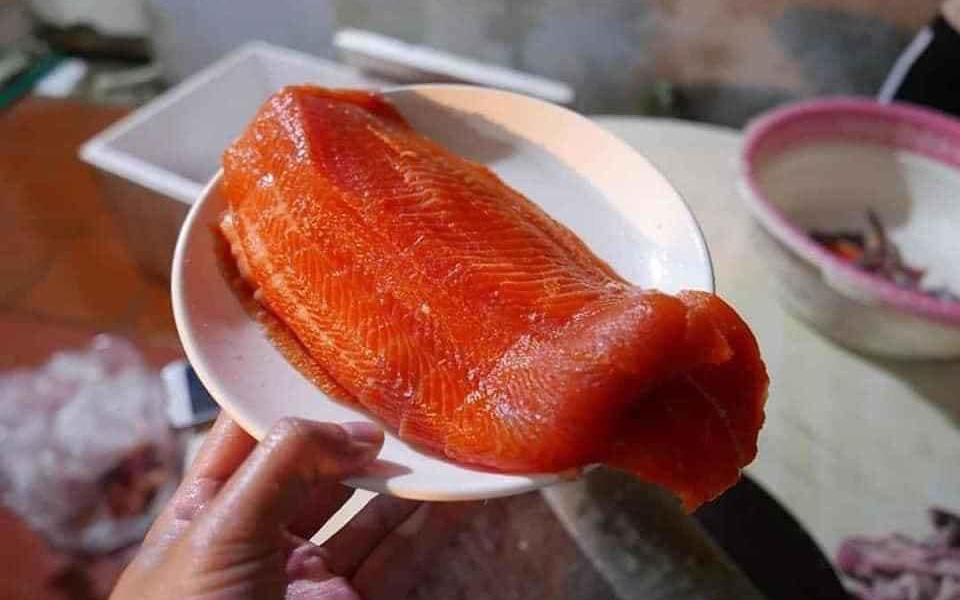 Cá hồi Sapa giá rẻ chỉ 190 ngàn đồng/kg, bà nội trợ rủ nhau mua chung thùng xốp 50kg về ăn dần