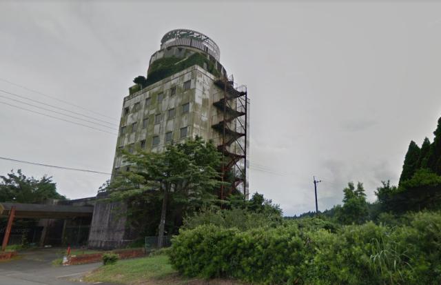"""Khám phá """"khách sạn ma"""" bỏ hoang gần 30 năm, hai thanh niên hối hận thì đã muộn"""