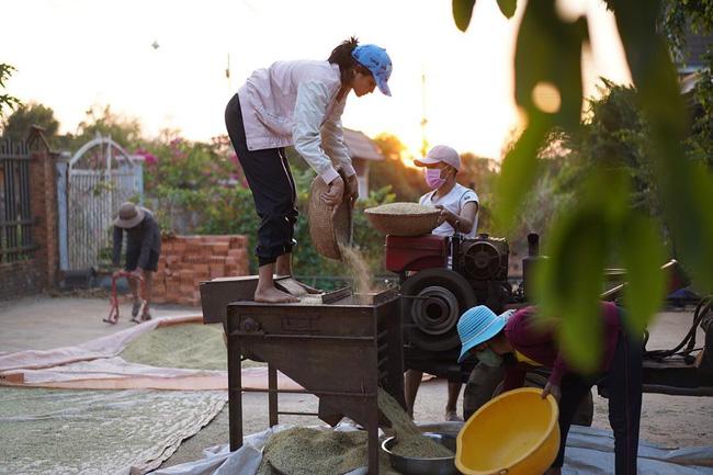 """""""Bí kíp tránh béo"""" mùa dịch của sao Việt: Tóc Tiên tập luyện với dụng cụ """"lạ lùng"""", nhìn H'Hen Niê lao động mà nể - Ảnh 3."""