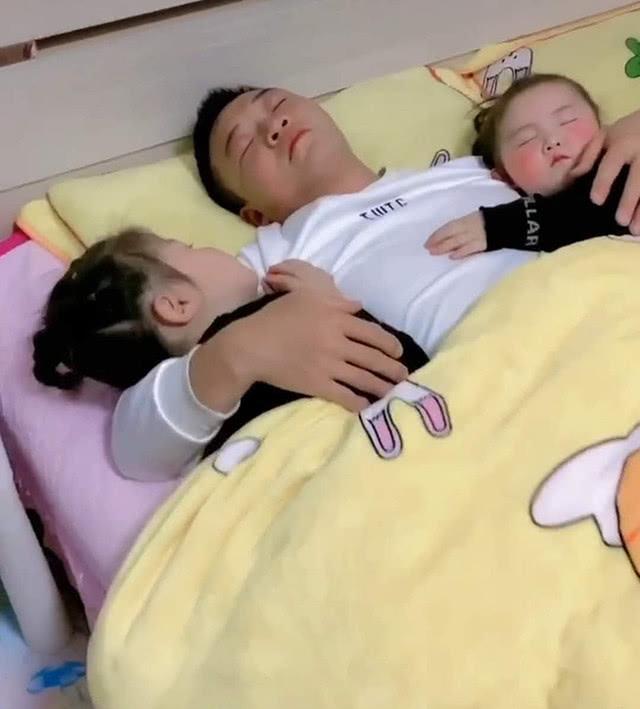 Bố ôm hai con gái ngủ say sưa, camera quay sang con trai, bà mẹ liền nổi cơn tức giận - Ảnh 4.