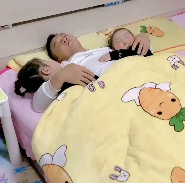 Bố ôm hai con gái ngủ say sưa, camera quay sang con trai, bà mẹ liền nổi cơn tức giận - Ảnh 2.