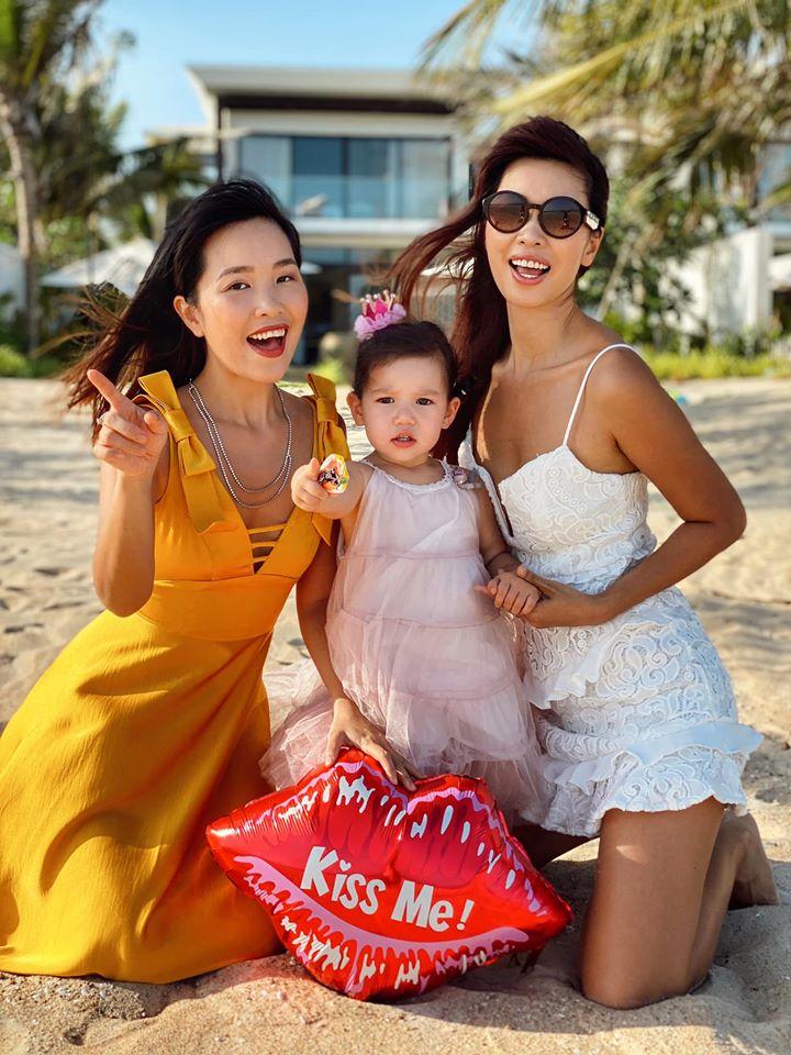 """Cuộc sống mùa dịch của các hot mom: Hằng Túi chỉ thích ra vườn chơi đùa với con, siêu mẫu Hà Anh tận hưởng kỳ """"du lịch tại gia"""" sang chảnh - Ảnh 20."""
