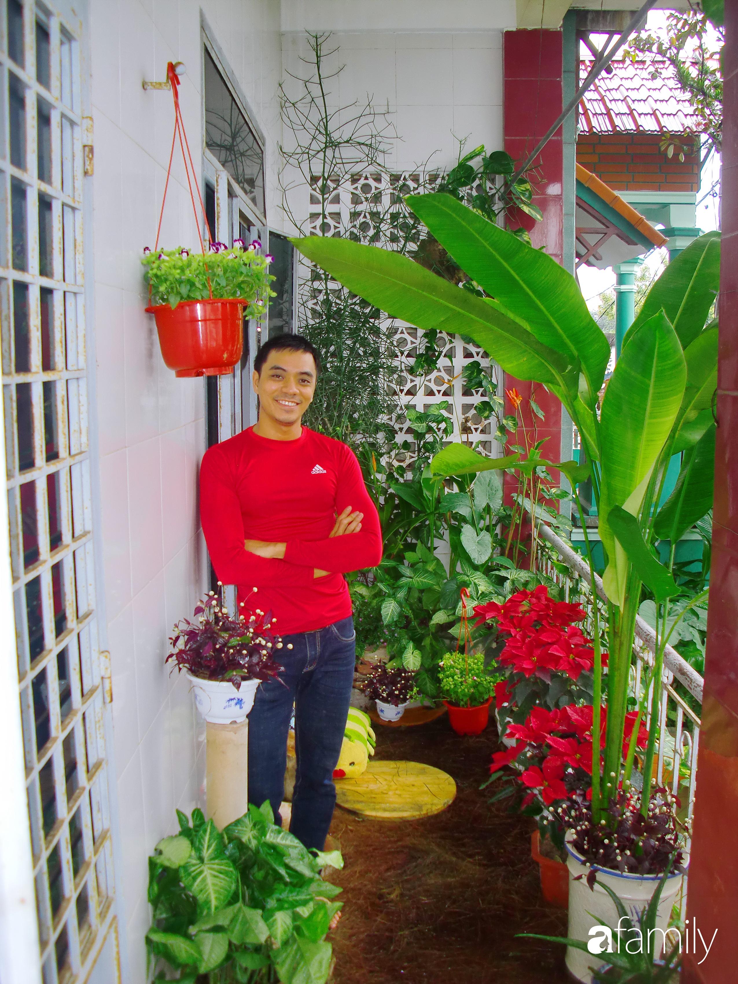 Ở nhà nghỉ dịch, chàng trai xứ Huế thảnh thơi bên ban công tự thiết kế với tiểu cảnh có hoa có cá phong cách nhiệt đới - Ảnh 1.