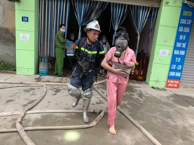 Hà Nội: Cảnh sát giải cứu 4 người trong đám cháy ở nhà nghỉ - Ảnh 3.