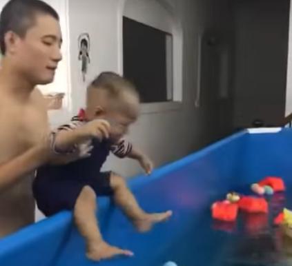 """Từ vụ bé trai đi học bơi mà khóc ngằn ngặt vì sợ, bác sĩ Nhi lên tiếng: """"Học bơi khác chơi với nước"""" - Ảnh 1."""