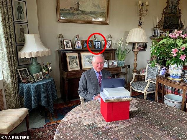 """Thái tử Charles đăng bức hình """"Ông và cháu"""" nhân dịp sinh nhật Hoàng tử Louis làm tan chảy trái tim người hâm mộ, Meghan Markle bất ngờ bị lên án vì điều này - Ảnh 3."""