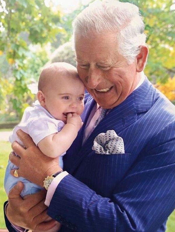 """Thái tử Charles đăng bức hình """"Ông và cháu"""" nhân dịp sinh nhật Hoàng tử Louis làm tan chảy trái tim người hâm mộ, Meghan Markle bất ngờ bị lên án vì điều này - Ảnh 4."""