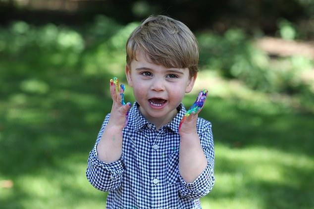 """Công nương Kate bất ngờ đăng ảnh """"xấu"""" của con trai út lên mạng, từ thần thái đến gương mặt, Hoàng tử Louis được nhận xét giống hệt nhân vật này - Ảnh 2."""