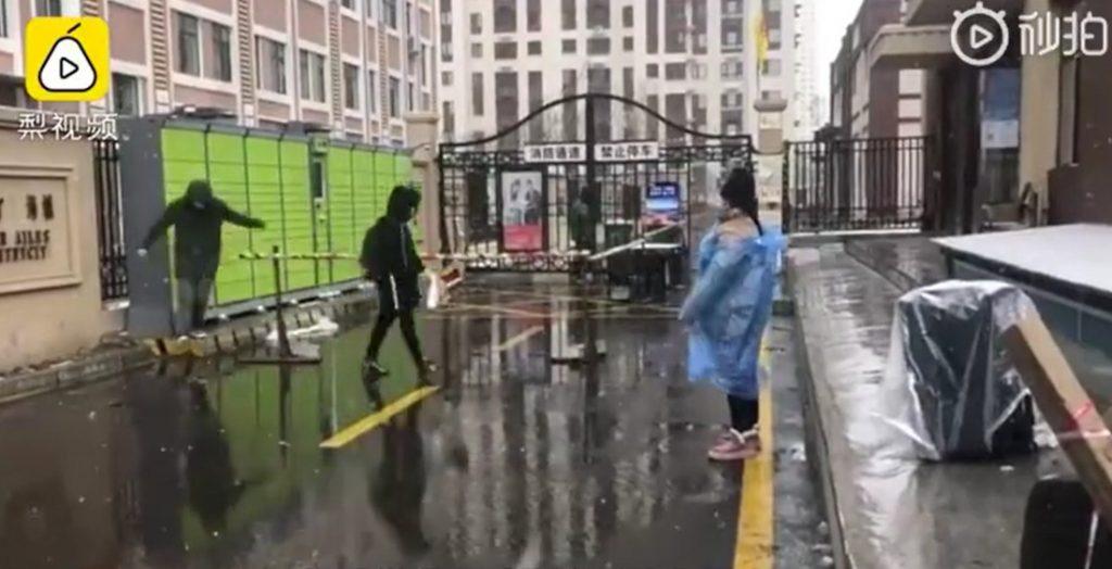 Du học sinh siêu lây nhiễm khiến 2 ổ dịch bùng phát, thành phố 10 triệu dân tại Trung Quốc chính thức phong tỏa - Ảnh 1.