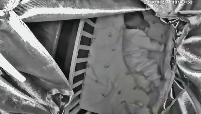 Em bé 3 tháng tuổi chết trong cũi khi mẹ nghe theo lời tư vấn của Trung tâm rèn trẻ tự ngủ là cho con nằm sấp và mặc kệ con khóc - Ảnh 1.
