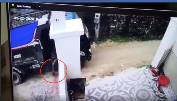 Vụ tài xế lùi xe cán chết bé trai, bế thi thể nạn nhân đi phi tang ở Nghệ An xử lý thế nào? - Ảnh 1.