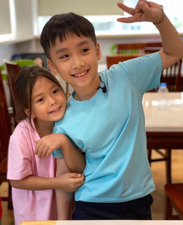 """Con gái Đoan Trang bám riết con trai Thu Trang - Tiến Luật, bố mẹ 2 nhà còn kịch liệt """"đẩy thuyền"""" - Ảnh 6."""