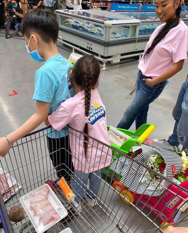 """Con gái Đoan Trang bám riết con trai Thu Trang - Tiến Luật, bố mẹ 2 nhà còn kịch liệt """"đẩy thuyền"""" - Ảnh 5."""
