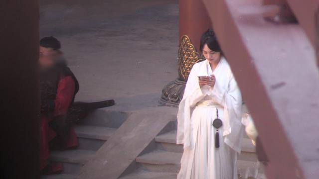 """""""Tân Thiến nữ u hồn"""": Lộ cảnh Trịnh Sảng làm đám cưới, cố mặc đồ rộng nhưng vẫn gầy đến mức mất hẳn vòng 1 - Ảnh 9."""