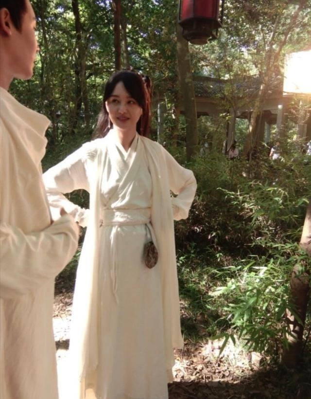 """""""Tân Thiến nữ u hồn"""": Lộ cảnh Trịnh Sảng làm đám cưới, cố mặc đồ rộng nhưng vẫn gầy đến mức mất hẳn vòng 1 - Ảnh 7."""