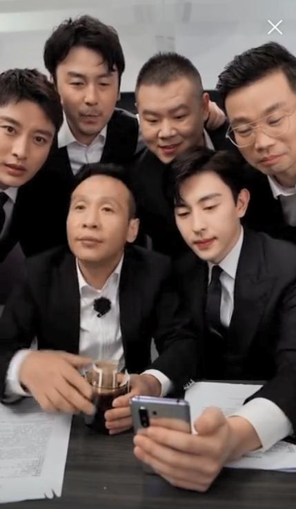 Livestream cho show thực tế, Đặng Luân xấu hổ vì hát quên lời vậy mà vẫn khiến fan u mê vì quá đẹp trai  - Ảnh 6.
