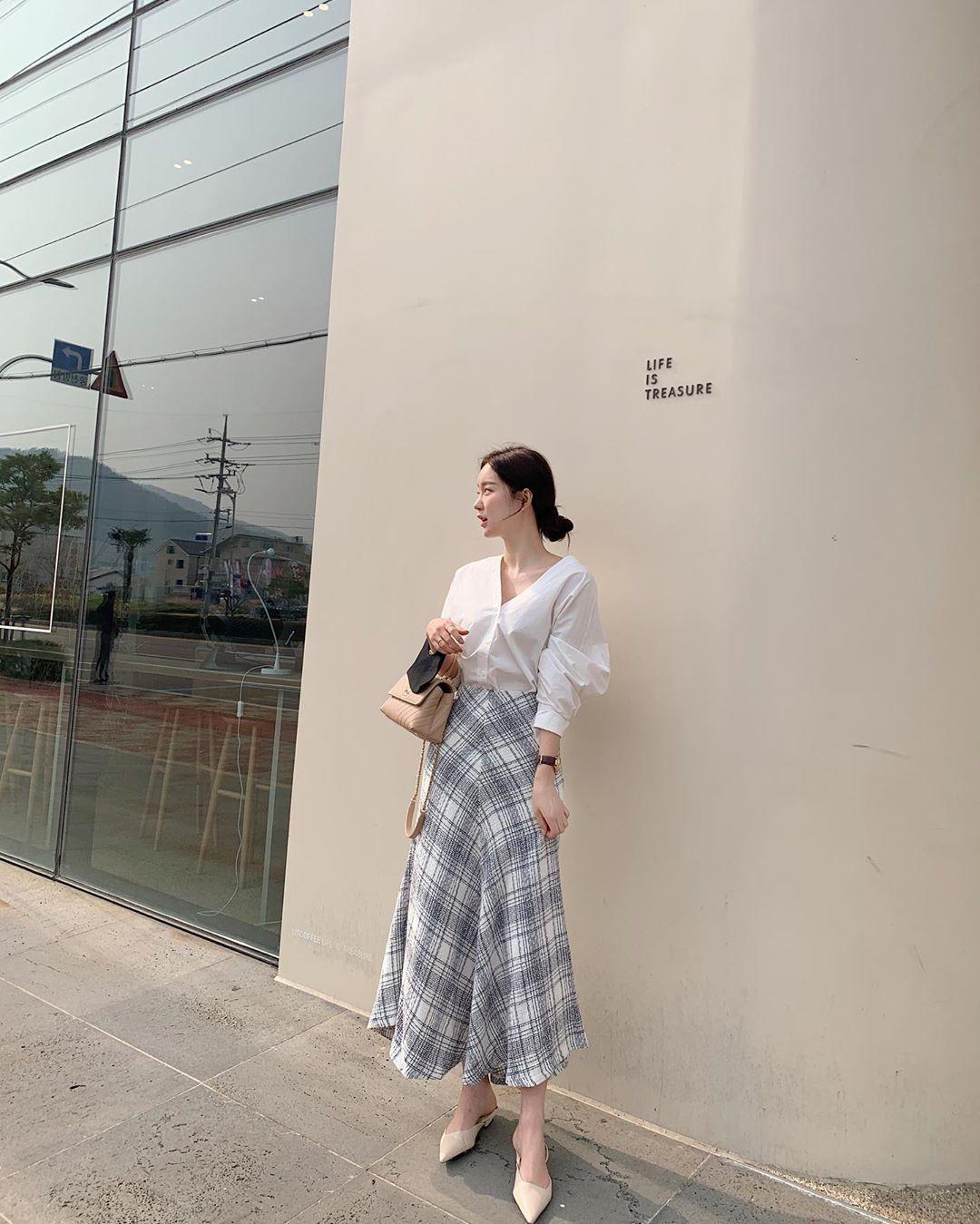 10 cách diện chân váy dài + áo trắng giúp nàng công sở luôn đẹp quanh năm suốt tháng trong mắt đồng nghiệp - Ảnh 4.