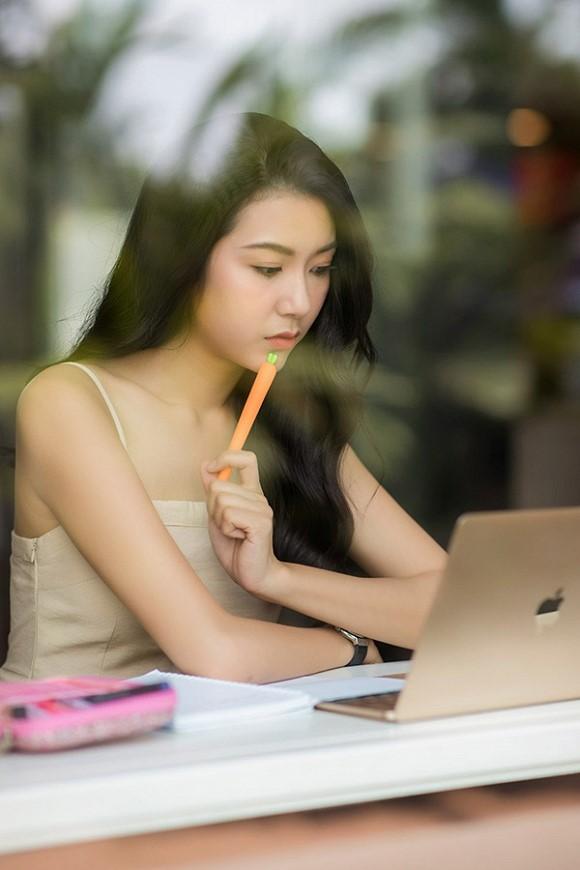 """Á hậu Thuý Vân chỉ ra quan niệm sai lầm giúp dân công sở thức tỉnh: """"Học nhiều để làm gì, kiếm tiền quan trọng hơn!"""" - Ảnh 1."""