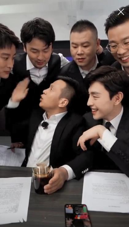 Livestream cho show thực tế, Đặng Luân xấu hổ vì hát quên lời vậy mà vẫn khiến fan u mê vì quá đẹp trai  - Ảnh 5.