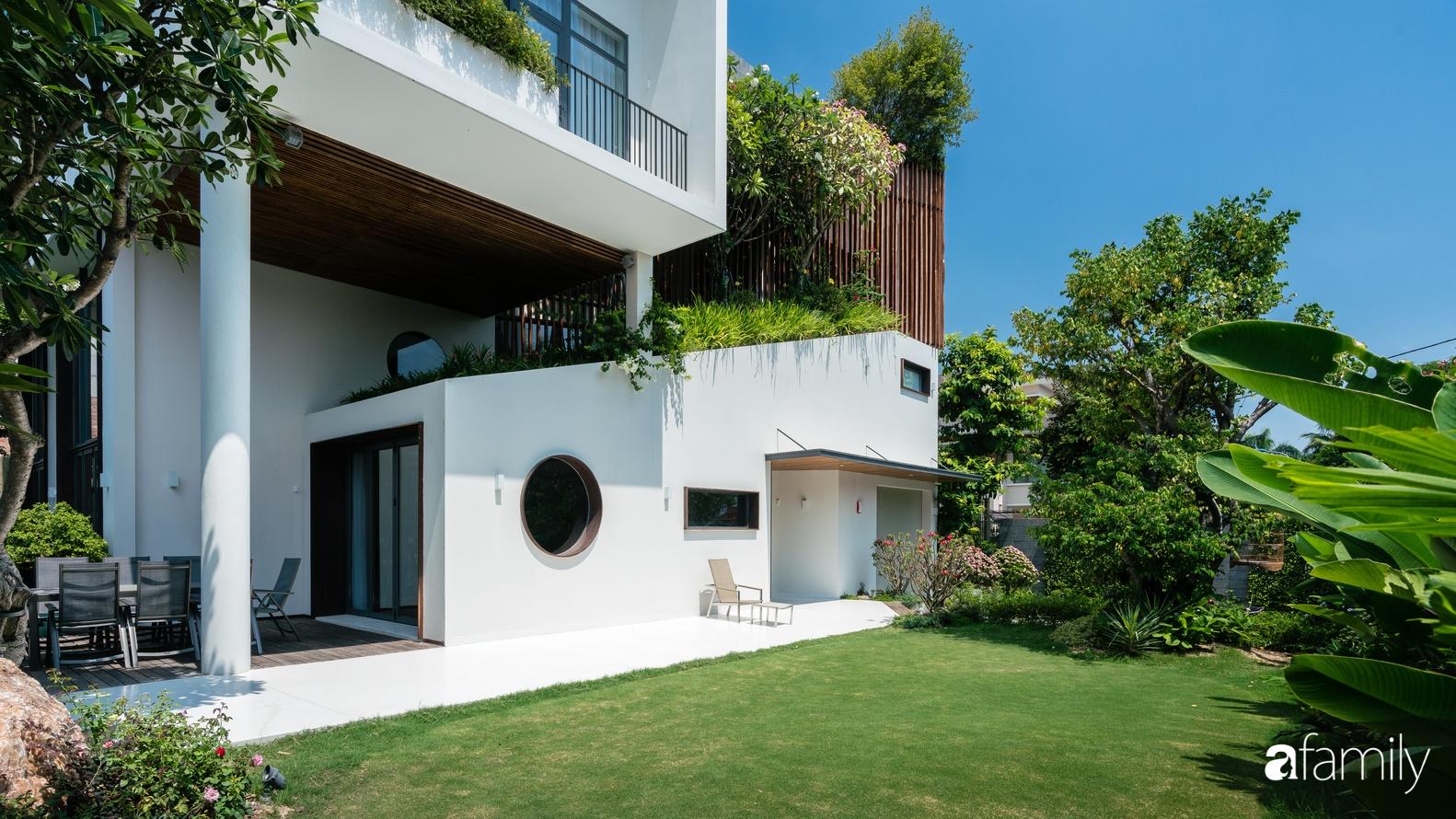 Biệt thự được xây nên nhờ chủ nhà truyền cảm hứng sáng tạo cho kiến trúc sư để tạo không gian xanh mát, sang trọng ở Quận 2, TP HCM - Ảnh 3.