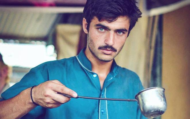 Vô tình lọt vào ống kính người lạ 4 năm trước, anh chàng đẹp trai bán trà không ngờ số phận của mình sẽ thay đổi hoàn toàn