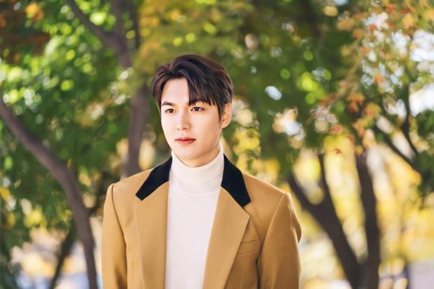 """Quân vương Lee Min Ho đẹp trai thì đã rõ nhưng có lúc lại luộm thuộm """"sai sai"""", ra là tại ham diện quần ống rộng đây mà - Ảnh 1."""