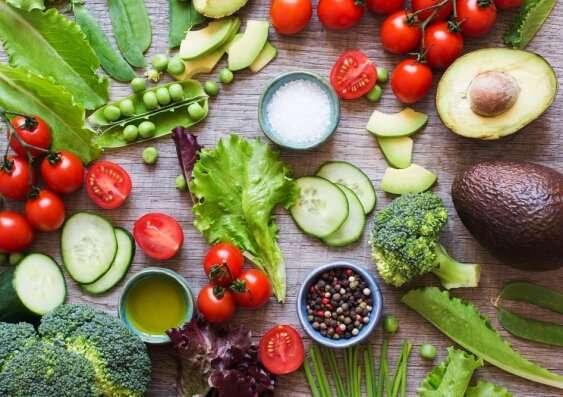 Giữa vô số chế độ ăn kiêng, nhiều người vẫn chọn chế độ ăn nhiều rau, ngũ cốc, cá và dầu ô liu vì lý do này - Ảnh 1.