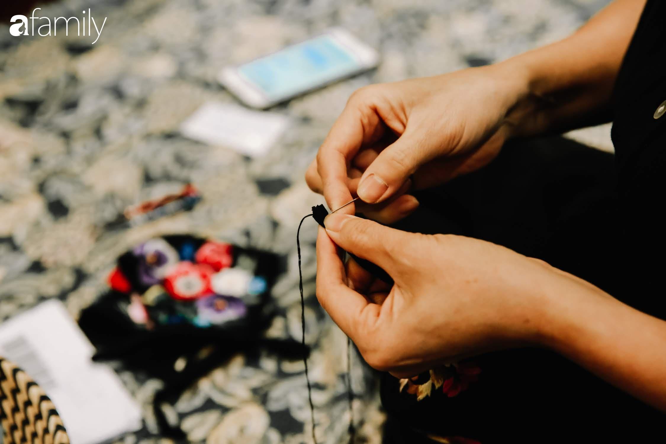 Người phụ nữ làm ra chiếc khẩu trang giá nửa triệu đồng và công cuộc đưa văn hóa thêu thùa ra toàn thế giới, từ ý tưởng ai cũng cho là điên rồ đến sản lượng cao ngỡ ngàng từ khách hàng quốc tế  - Ảnh 9.