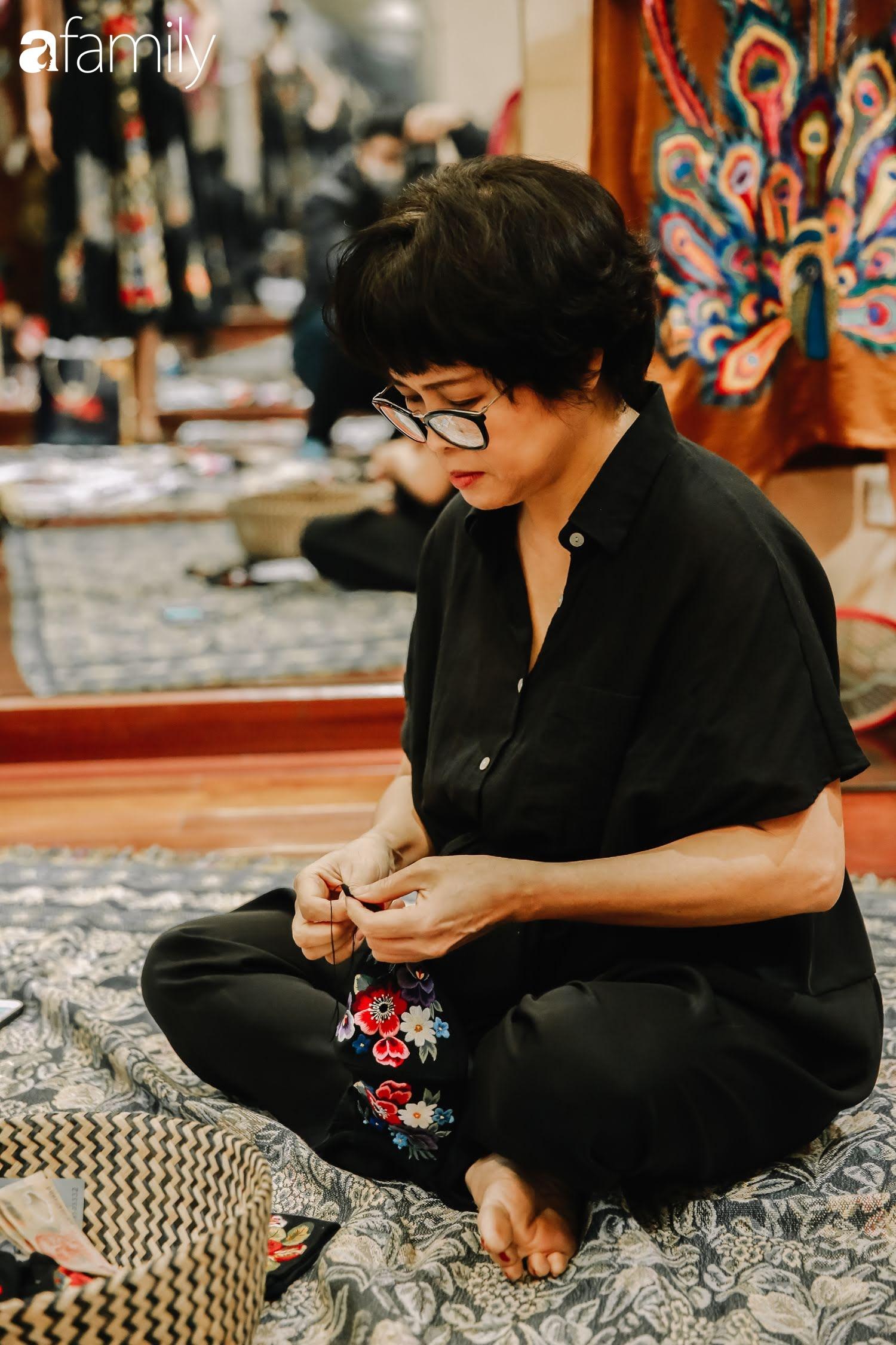 Người phụ nữ làm ra chiếc khẩu trang giá nửa triệu đồng và công cuộc đưa văn hóa thêu thùa ra toàn thế giới, từ ý tưởng ai cũng cho là điên rồ đến sản lượng cao ngỡ ngàng từ khách hàng quốc tế  - Ảnh 7.