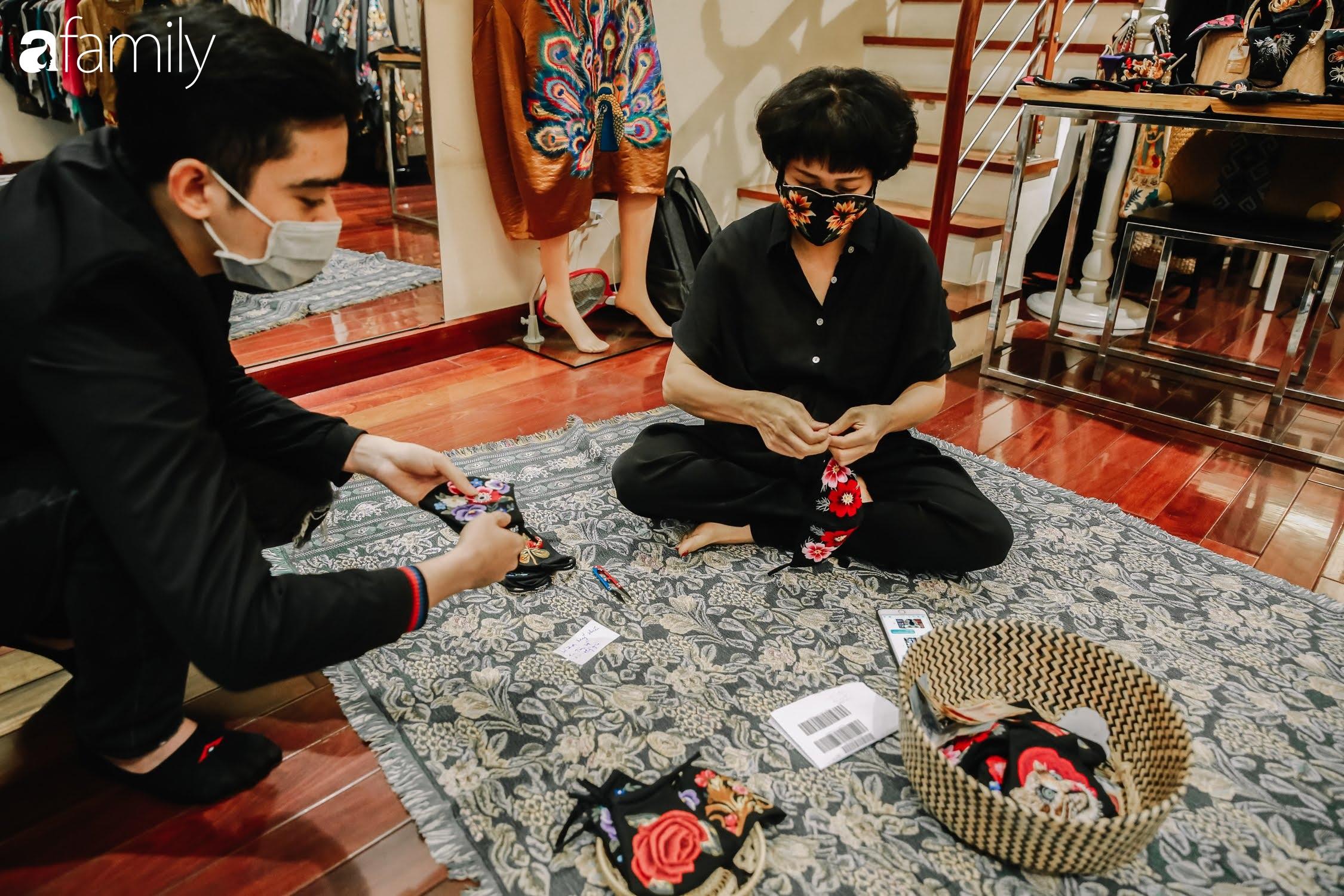 Người phụ nữ làm ra chiếc khẩu trang giá nửa triệu đồng và công cuộc đưa văn hóa thêu thùa ra toàn thế giới, từ ý tưởng ai cũng cho là điên rồ đến sản lượng cao ngỡ ngàng từ khách hàng quốc tế  - Ảnh 8.