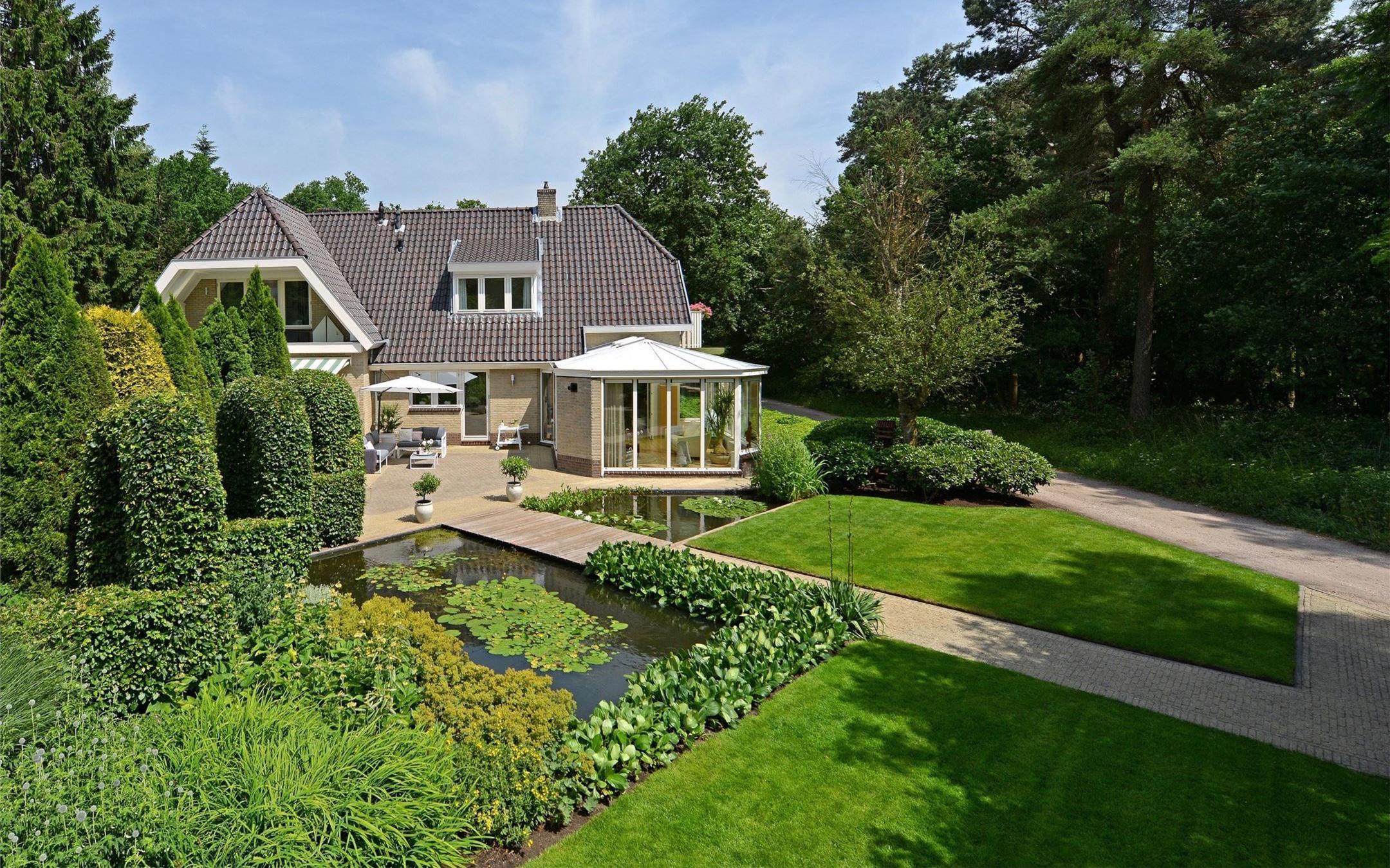 Ngôi nhà thu hút ánh nhìn bởi vẻ đẹp sang trọng của thiên nhiên xung quanh