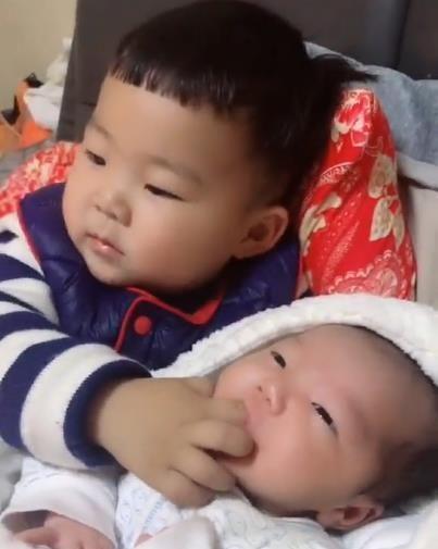 Em gái đang khóc ngằn ngặt đòi mẹ, anh trai 2 tuổi đã nhanh trí nghĩ ra cách dỗ em nín khóc hiệu quả tức thì - Ảnh 3.