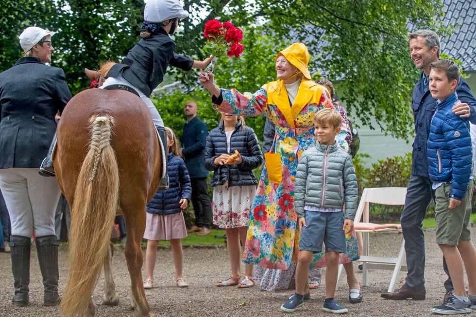 """""""Sặc sỡ"""" như Nữ hoàng Anh vẫn lép vế trước người chị em họ của bà: Nữ hoàng Margrethe II của Đan Mạch 80 tuổi vẫn diện đồ họa tiết màu mè  - Ảnh 5."""